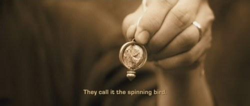 Este é o pássaro giratório. Olha, ele bate asinhas...